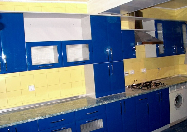 синяя кухня с фасадом постформинг