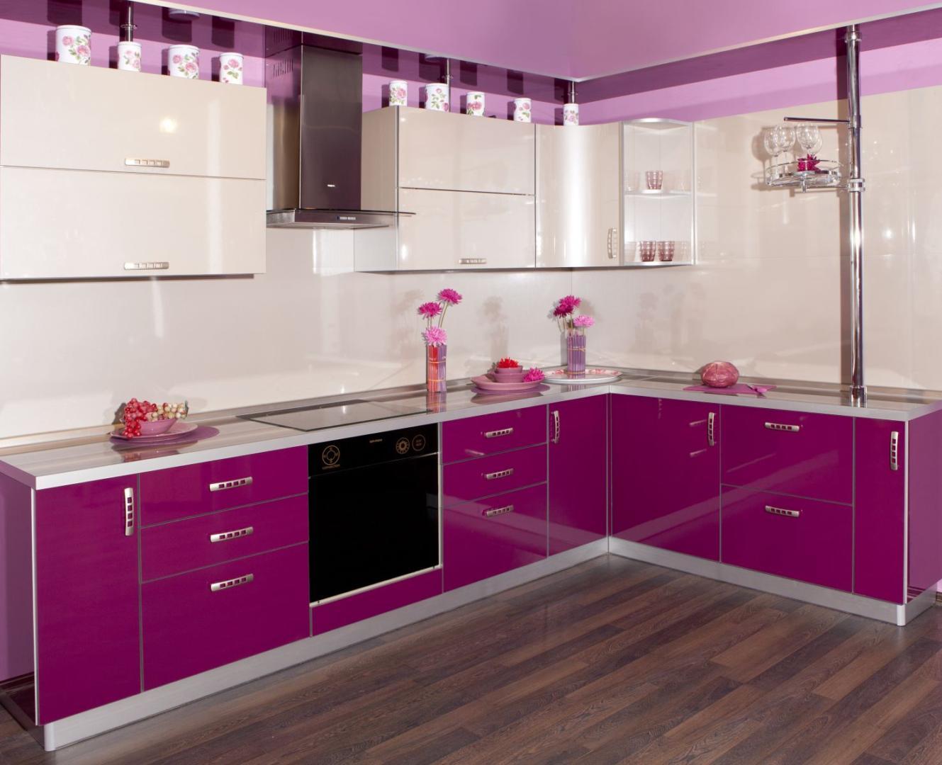 фиолетовая кухня с фасадом постформинг