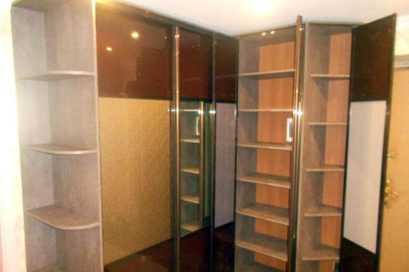 Угловой шкаф купе с фасадами из акрила и зеркала