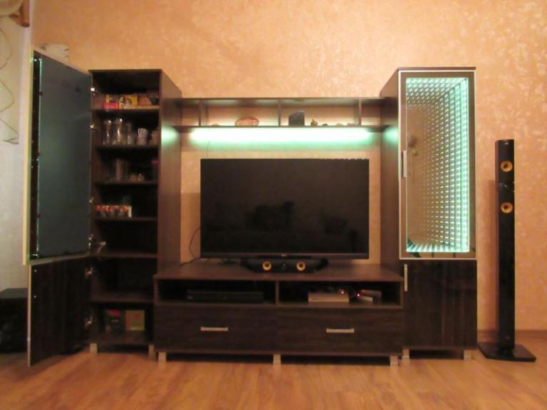 Стенка для ТВ с «бесконечными фасадами»