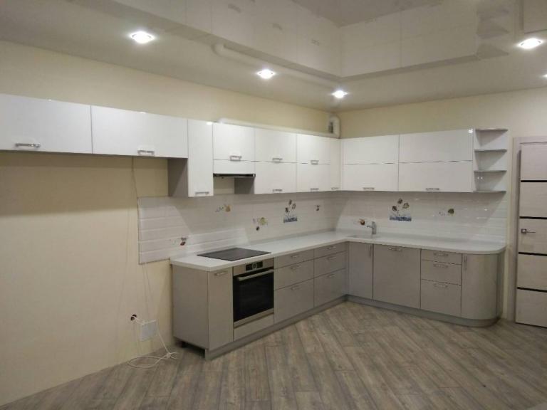 Угловая кухня с акриловыми фасадами